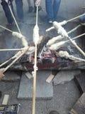 烘烤在营火上的孩子面包 免版税库存图片