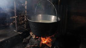 烘烤在ovenSteaming的老时尚罐的鸡腿在火 影视素材