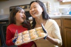 烘烤女儿母亲松饼 库存照片