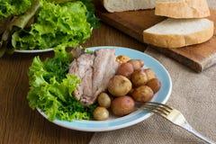 烘烤带皮烤的土豆,猪肉 免版税图库摄影