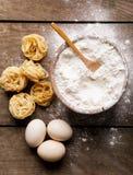 烘烤成份 碗,鸡蛋,面粉,在木黑板从 免版税库存照片