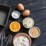 烘烤成份 -烹调橙色蛋糕的未加工的成份-面粉,鸡蛋,黄油,糖,桔子 面团的成份 免版税库存图片