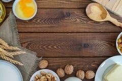 烘烤成份-面粉,糖,鸡蛋,在葡萄酒木头桌上的黄油 顶视图 库存照片