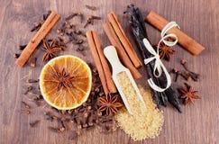 烘烤或烹调的香料在木表面板条 免版税库存照片