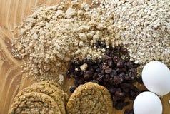 烘烤曲奇饼新鲜的成份燕麦粥 图库摄影