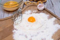 烘烤概念 被洒的面粉和鸡蛋在木切板,烹调成份 为做发酵面团做准备 顶视图, c 图库摄影