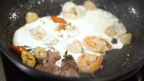 烘烤海鲜,热的沙拉,在奶油的炖煮的食物海鲜 影视素材