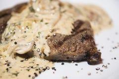 烘烤牛排用乳脂状的蘑菇酱油 库存图片