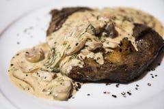 烘烤牛排用乳脂状的蘑菇酱油 免版税库存照片
