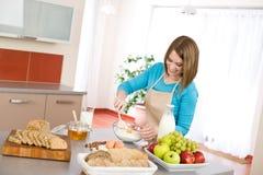 烘烤的健康成份微笑的妇女 免版税库存图片