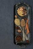 烘烤的姜饼或松饼的香料:香草,桂香,荞麦,香菜,丁香,豆蔻果实,茴香,肉豆蔻 免版税库存图片