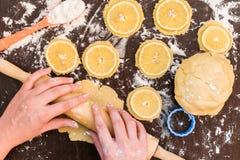 烘烤的姜饼曲奇饼,与柠檬切片的饼干,柠檬饼干 库存照片