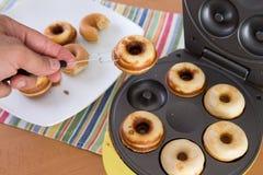 烘烤的微型油炸圈饼 库存图片