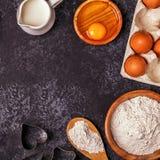 烘烤的成份-撒粉于,木匙子,滚针,鸡蛋 库存图片