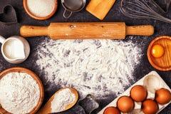 烘烤的成份-撒粉于,木匙子,滚针,鸡蛋 免版税库存照片