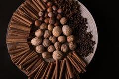 烘烤的成份,肉桂条,八角,丁香,坚果,椰子,在木背景的咖啡豆 库存照片