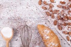 烘烤的新月形面包的成份 免版税库存照片