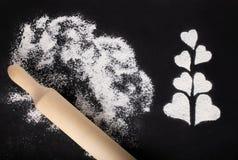 烘烤的白色小麦面粉、心脏和滚针的一张典雅的图片 免版税库存照片