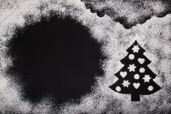 烘烤的白色小麦面粉和圣诞树的一张典雅的图片 库存图片