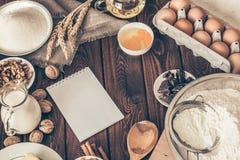 烘烤的自创蛋糕成份在葡萄酒木厨房用桌背景 免版税库存照片