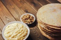 烘烤的自创蛋糕成份 脆饼、buttercream或者奶油和坚果 免版税库存照片