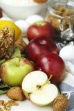 烘烤的苹果和坚果饼的成份 免版税库存图片