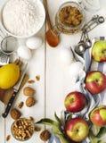 烘烤的苹果和坚果饼的成份 库存照片