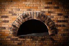 烘烤的薄饼的一个传统烤箱。 免版税图库摄影