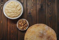 烘烤的蛋糕,在木板的顶视图成份 脆饼, buttercream 免版税库存图片