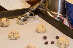 烘烤碗黄油筹码切削巧克力曲奇饼蛋面粉混合 库存图片