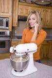 烘烤移动电话妇女 库存照片