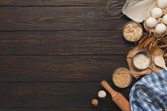 烘烤背景用鸡蛋和面粉在土气木头 库存照片