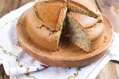 烘烤自创 与鸦片和柑橘的早餐蛋糕 乡村模式 木背景 复制sapce 免版税库存照片