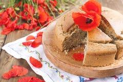 烘烤自创 与鸦片和柑橘的早餐蛋糕 红色鸦片花乡村模式和花束  木背景 复制 库存照片