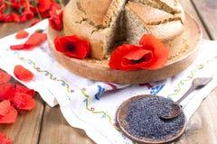烘烤自创 与鸦片和柑橘的早餐蛋糕 红色鸦片花乡村模式和花束  木背景 复制 免版税库存照片