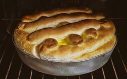 烘烤自创 蛋糕的准备从发酵面团的用填装在烤箱的凝乳 免版税图库摄影