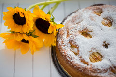 烘烤苹果饼用一个向日葵在秋天 免版税库存照片