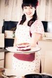 烘烤蛋糕的葡萄酒女孩 免版税库存照片