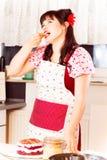 烘烤蛋糕的葡萄酒女孩 库存照片