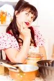 烘烤蛋糕的葡萄酒女孩 图库摄影