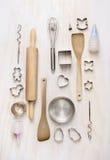 烘烤调置工具在白色木背景,顶视图的 库存图片