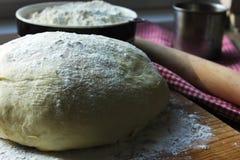 烘烤面团饼准备酵母 免版税图库摄影