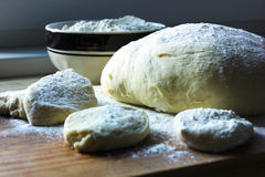 烘烤面团饼准备酵母 库存照片