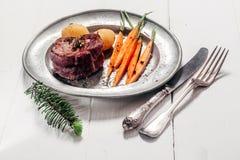 烘烤鹿肉膳食供应与菜 库存图片