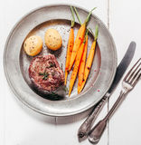 烘烤鹿肉膳食供应与菜 库存照片