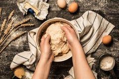 烘烤-揉在碗的手未加工的面团酥皮点心 图库摄影