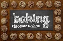 烘烤黑板、木制框架和巧克力曲奇饼 图库摄影