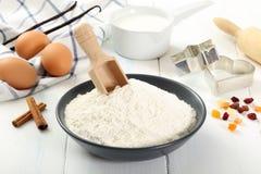 烘烤ingridients鸡蛋和面粉 免版税库存照片