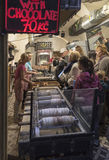 他们烘烤trdelniki的一个小面包店 免版税图库摄影