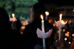 烛光焰光在晚上有bokeh背景 浅深度的域 免版税库存照片